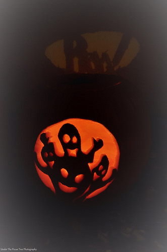 """Sara's Pumpkin 2017; the """"Boo!"""", which is casting against the wall, looks so cool."""