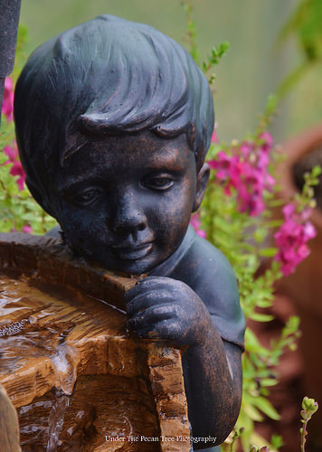 The little boy at the fountain